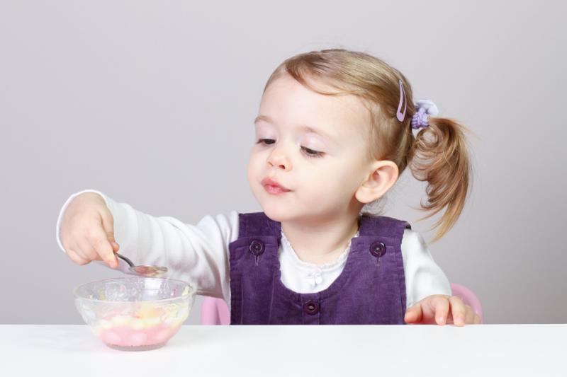 W internecie znaleźć można porady sugerujące, np. podawanie dzieciom antybiotyków z lodami lub budyniem. (fot. Shutterstock)