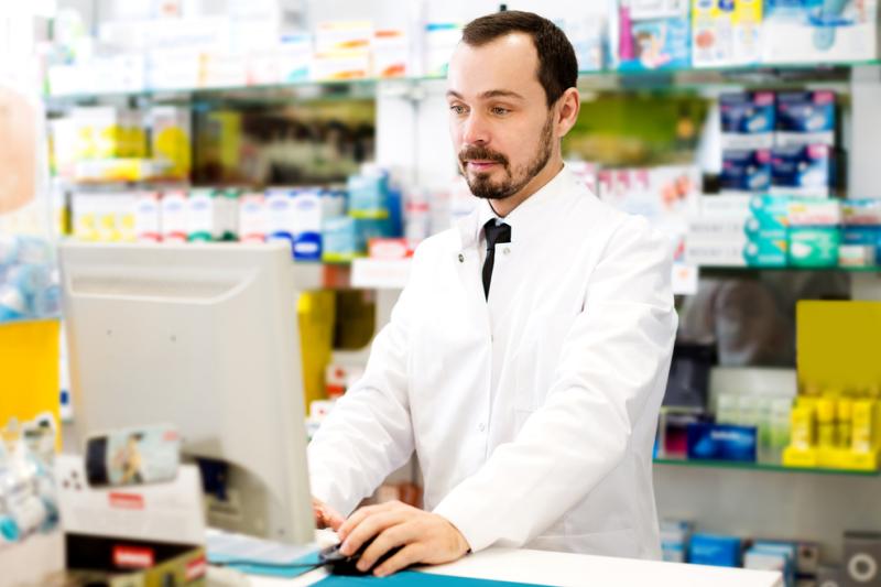 Trudno prowadzić opiekę farmaceutyczną bez systemu elektronicznego - przyznał Janusz Cieszyński. (fot. Shutterstock)