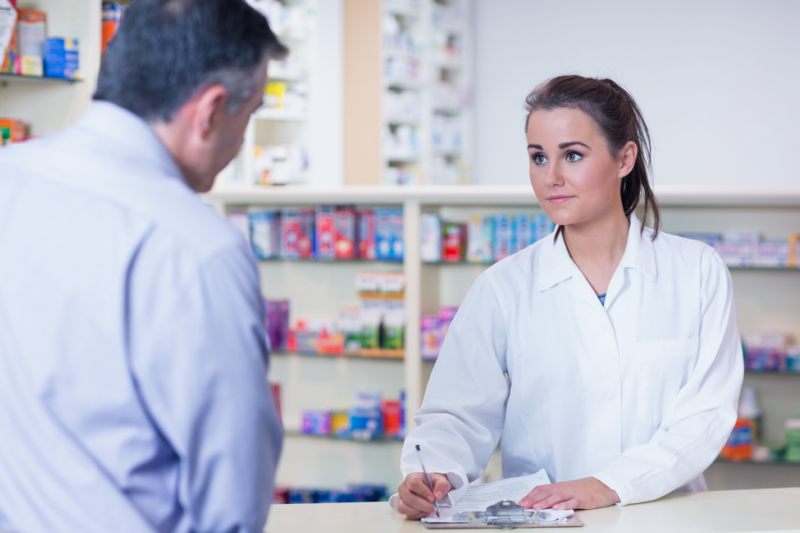 Apteka nie ma uprawnień do weryfikowania merytorycznej prawidłowości danych zawartych na recepcie, jak i do podważania informacji dotyczących ordynowanych leków, czy też umocowania lekarza do wystawienia recepty refundowanej. (fot. Shutterstock)