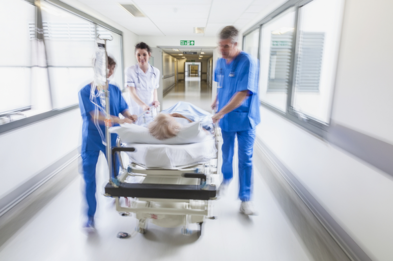 Nie jest to niczym nowym dla osób obracających się w środowisku szpitalnym, że przed świętami czy długimi weekendami sale szpitalne wypełniają się nikomu niepotrzebnymi staruszkami. (fot. Shutterstock)