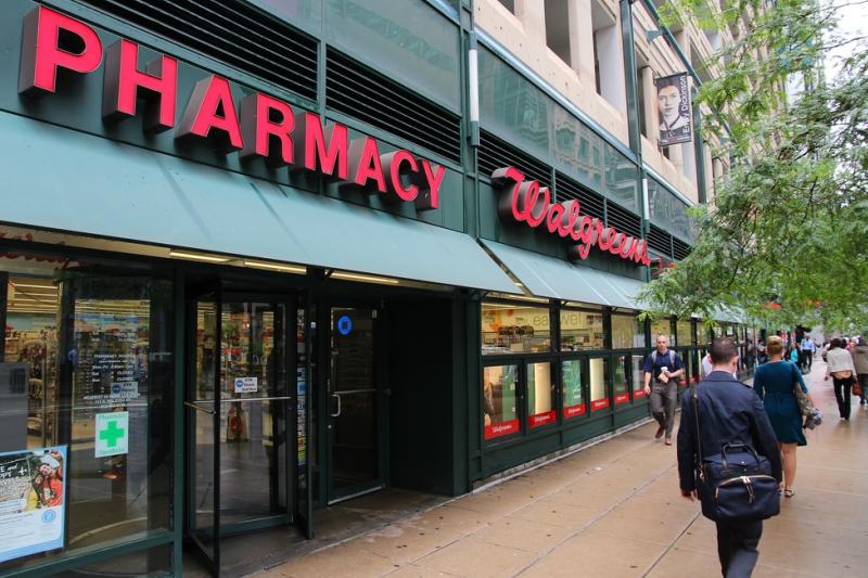 Amerykańska sieć Walgreens postanowiła wyjść temu wyzwaniu naprzeciw, i wprowadziła dla farmaceutów treningi i szkolenia dotyczące udzielania pierwszej pomocy zdrowia psychicznego(fot. Shutterstock).