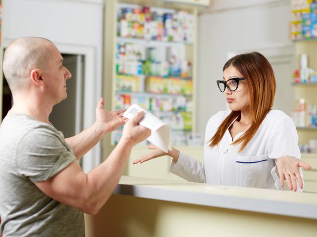 Zgodnie z nowym rozporządzeniem ministra zdrowia, które obowiązuje od 18 kwietnia, minimalne wymiary papierowej recepty na leki refundowane to 200 mm na 90 mm. (fot. Shutterstock)