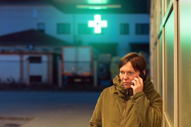 Mieszkańcy powinni posiadać nie tylko informacje o adresie dyżurującej apteki, ale także kontakt telefoniczny do niej, przykładowo celem ewentualnego ustalenia, czy posiada ona stosowne środki farmaceutyczne. (fot. Shutterstock)