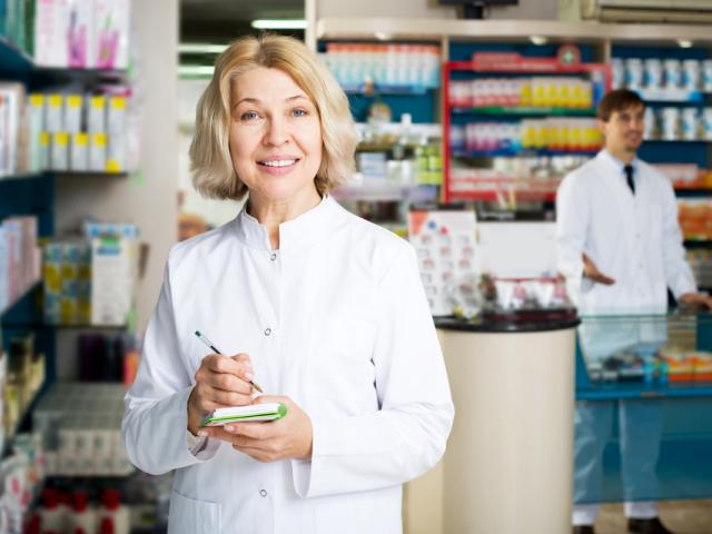 Lekarze nie sięgają po porady farmaceutów. Powodem tego jest przekonanie, że wiedza lekarzy pokrywa się z tą, którą posiadają farmaceuci. (fot. Shutterstock)