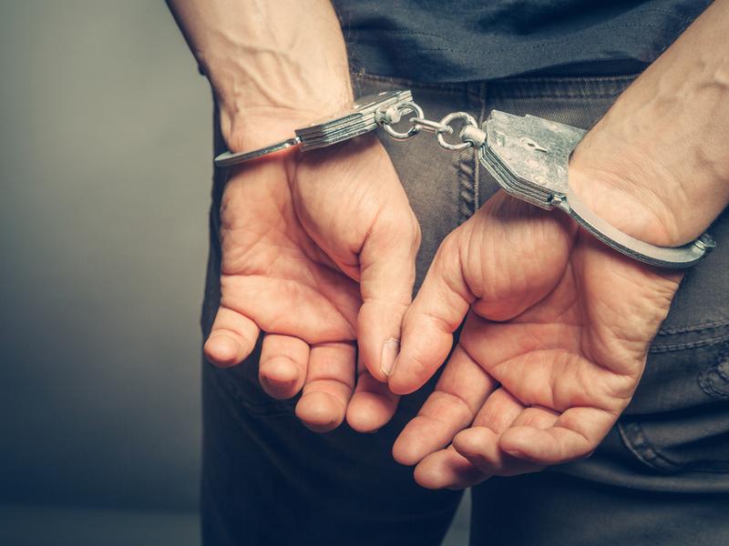 Jeden ze zwolnionych podejrzanych podczas pobytu w areszcie podżegał do polania substancją żrącą córki innego podejrzanego (fot. Shutterstock)