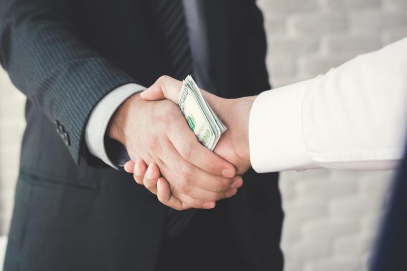 Sąd ocenił, że mężczyzna przyjął ponad 160 tys. zł łapówek - o około 20 tys. zł mniej, niż zarzucała prokuratura (fot. Shutterstock)