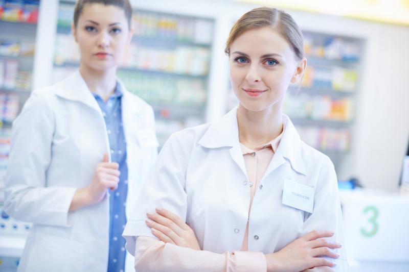 W aptekach ogólnodostępnych i punktach aptecznych pracowało w 2017 roku łącznie 27 tys. magistrów farmacji oraz 33,3 tys. techników farmaceutycznych (fot. Shutterstock)