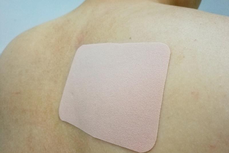 Diklofenak w postaci plastrów jest prawdopodobnie najskuteczniejszy w zmniejszaniu natężenia bólu u chorych na ChZS spośród porównywanych NSLPZ stosowanych miejscowo (fot. Shutterstock)