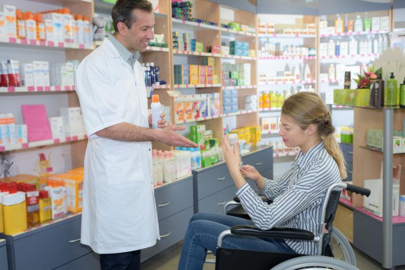 Izba proponuje żeby kurierzy odciążyli farmaceutów w transporcie wyrobów medycznych jak cewniki, czy pieluchomajtki. (fot. Shutterstock)