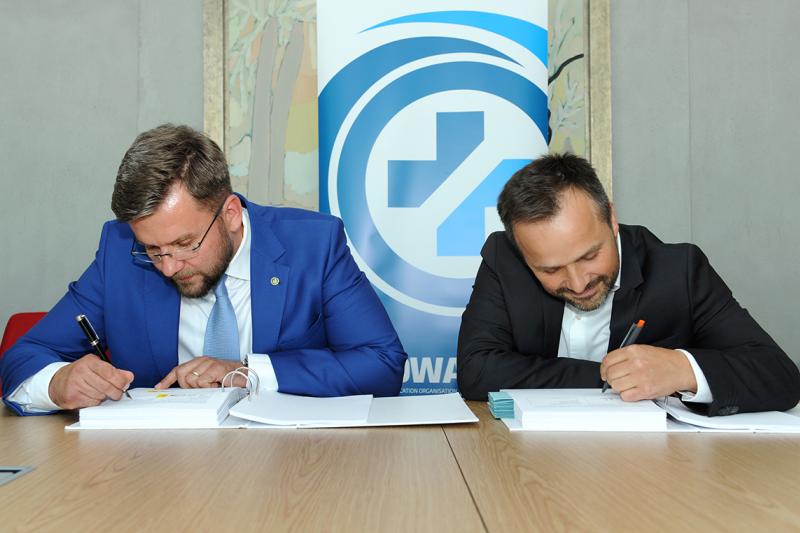 W uroczystym podpisaniu umowy towarzyszyli nam przedstawiciele organizacji zrzeszonych we władzach Fundacji oraz przedstawiciele tzw. organizacji stowarzyszonych (fot. KOWAL)