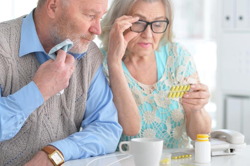 Starsza kobieta zamówiła leki przez internet, których nie mogła przyjmować (fot. Shutterstock)