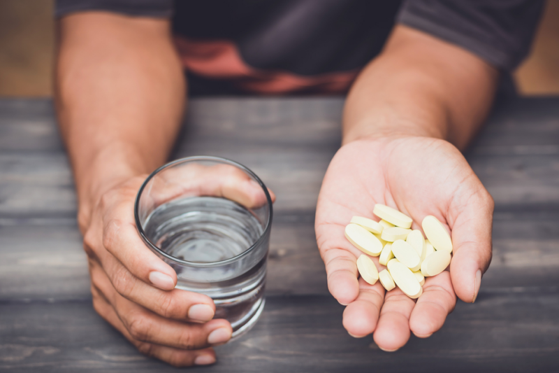 W celu ograniczenia działań ubocznych leków istotna jest zmiana stylu życia. (fot. Shutterstock)