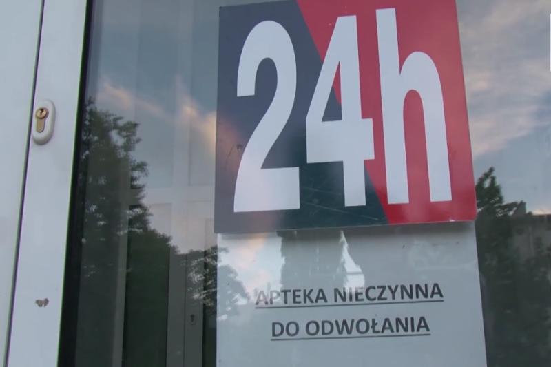 """Do tej pory zdarzają się przypadki """"całowania klamki"""" zamkniętej apteki przy Żeromskiego (fot. Shutterstock)"""