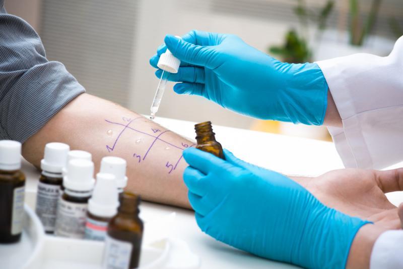 Ocenia się, że u ok. 80 proc. dorosłych pacjentów rozwój alergii pokarmowej ma związek z uczuleniem na alergeny wziewne. (fot. Shutterstock)