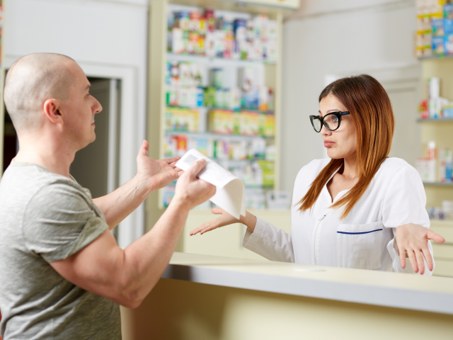 Uprawnienie do refundacji przysługuje ubezpieczonemu pacjentowi, jednakże wskutek braku tytułu zawodowego na pieczątce, wielu z nich musiało zapłacić pełną cenę leków (fot. Shutterstock)
