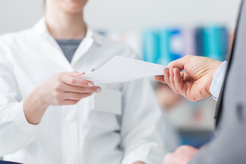 W przypadku recepty wystawionej przez lekarza bez tytułu zawodowego wystarczy dopisać na rewersie recepty lekarz, pielęgniarka/położna (fot. Shutterstock)