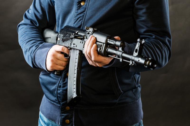 Napastnik wszedł do środka i po rosyjsku zażądał pieniędzy. Miał przy sobie atrapę wojskowego karabiny AKMS (fot. Shutterstock)