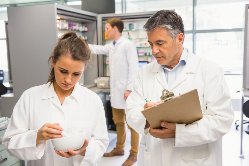 """Mazowiecki OW NFZ kwestionował stosowanie """"mnożników aptecznych"""" przy wprowadzaniu składników do receptury (fot. Shutterstock)"""
