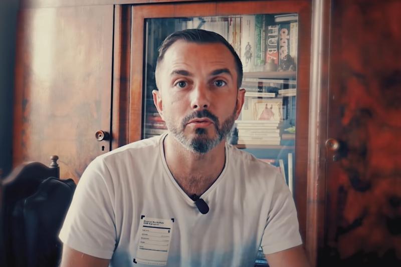 Naukowiec zwraca uwagę, że w Polsce suplementy diety są reklamowane przez aktorów przebranych za lekarzy i bardzo często można je znaleźć w aptekach, gdzie ustawiane są obok lekarstw (fot. YouTube)