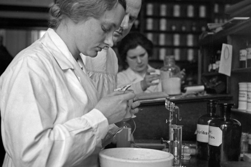 W czasach międzywojennych otrzymanie zezwolenia na produkcję leku nie było uzależnione od przeprowadzenia żmudnych badań klinicznych (fot. Shutterstock)