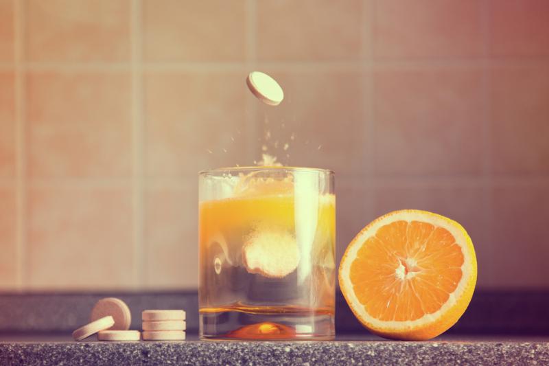 """W ciągu roku po publikacji książki Paulinga """"Witamina C i przeziębienie"""" sprzedaż suplementu w amerykańskich aptekach wzrosła dziesięciokrotnie (fot. Shutterstock)"""