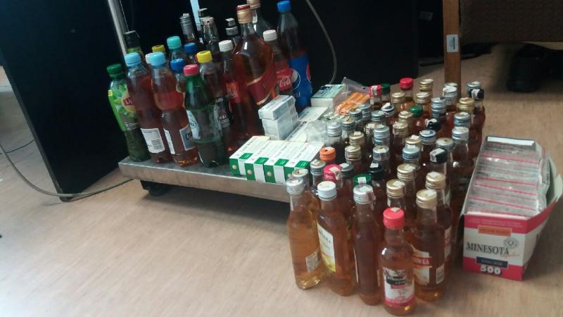 Zatrzymany przyznał się policjantom, że pokątnie handluje lekami, alkoholem i papierosami. (fot. KMP w Łodzi)