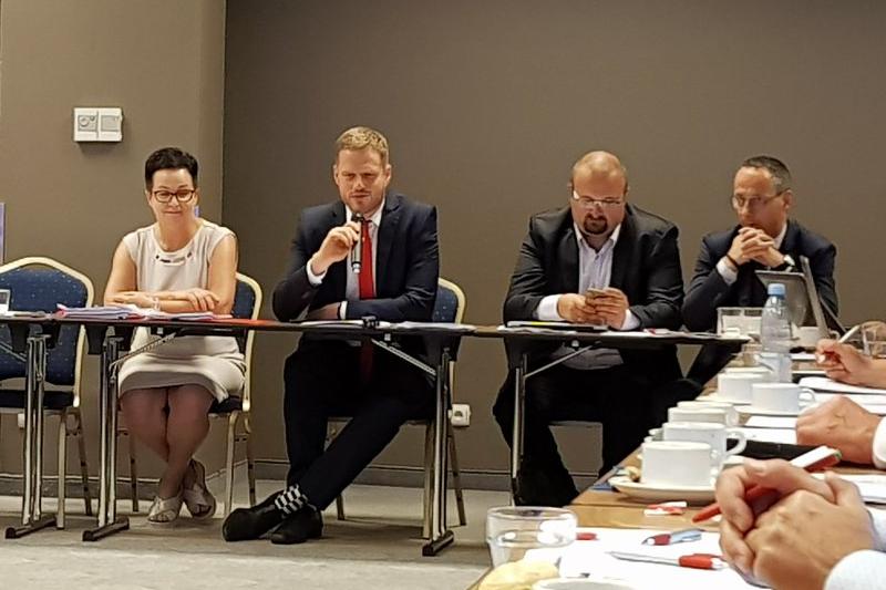 Celem tego spotkania, jak twierdzi Janusz Cieszyński, było zinwentaryzowanie i spisanie wątpliwości, które mają farmaceuci. (fot. MGR.FARM)