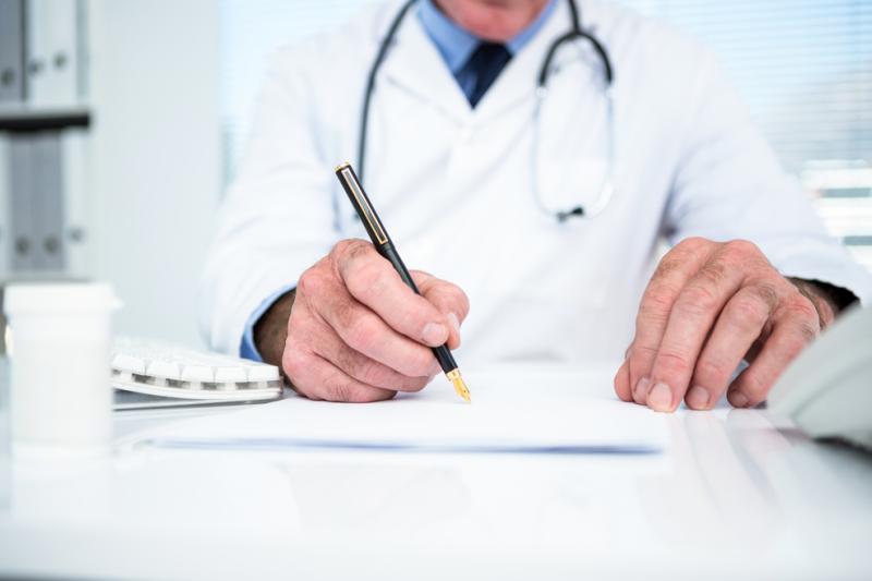 """Ministerstwo zdrowia postanowiło jednoznacznie rozwiązać problem słowa """"lekarz"""" na receptach (fot. Shutterstock)"""