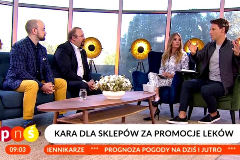 """Łukasz Waligórski i Michał Byliniak tłumaczą w programie """"Pytanie na Śniadanie"""" zaady reklamy leków i sklepów, które prowadzą obrót nimi (fot. pytanienasniadanie.tvp.pl)"""