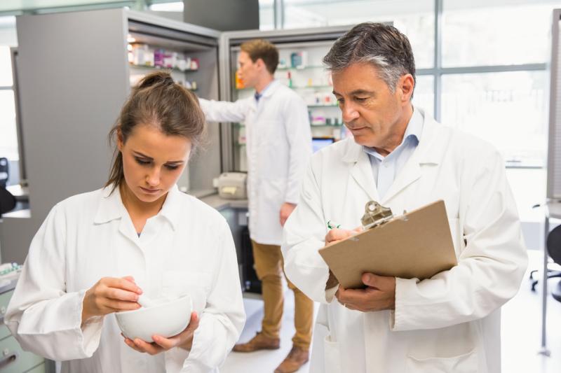 Zdaniem ekspertki warto zadbać, by w ramach samorządu aptekarskiego powstała inicjatywa tworzenia bazy procedur (fot. Shutterstock)
