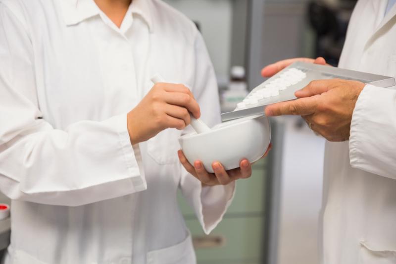 Które surowce farmaceutyczne sprawiają najwięcej problemów w recepturze? (fot. Shutterstock)