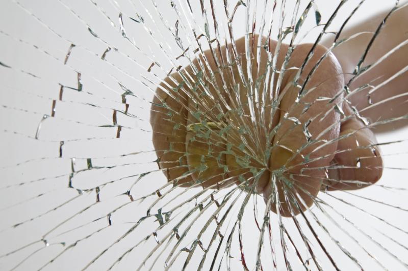 Siedemnastolatek odpowie za zniszczenie mienia przed sądem. Grodzi mu za to kara do 5 lat pozbawienia wolności. (fot. Shutterstock)