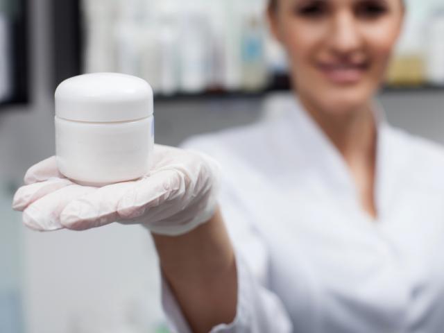 """Promieniowanie jonizujące niszczy zarówno tkanki zdrowe jak i nowotworowe. kóra po zabiegu jest zaczerwieniona, """"poparzona"""", naczynka łatwo pękają, często występuje łysienie i bliznowacenie tkanki (fot. Shutterstock)"""