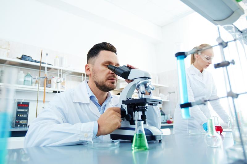 """Celem naukowców jest stworzenie leku typu """"all-in-one"""", który nie tylko pomoże w szybkim uśmierzeniu bólu czy zneutralizowaniu stanu zapalnego, ale też dostarczy do organizmu niezbędne aminokwasy (fot. Shutterstock)"""