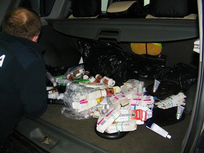 Za próbę przemytu mężczyzna został ukarany mandatem karnym w wysokości 1500 zł, natomiast produkty farmaceutyczne zdeponowano w magazynie depozytowym (fot. KAS w Olsztynie)