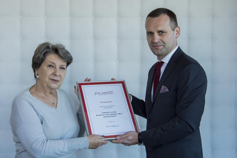 Dr Irena Eris odebrała wyróżnienie z rąk dra n. farm. Łukasza Izbickiego, prezesa zarządu Grupy Farmacja.net (fot. Farmacja.pl)