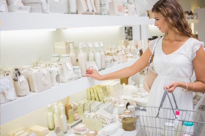Na sprzedaż dermokosmetyków negatywnie wpływa m.in. trend używania tzw. kosmetyków naturalnych, eko-kosmetyków, kosmetyków wegańskich, sprzedawanych poza aptekami (fot. Shutterstock)