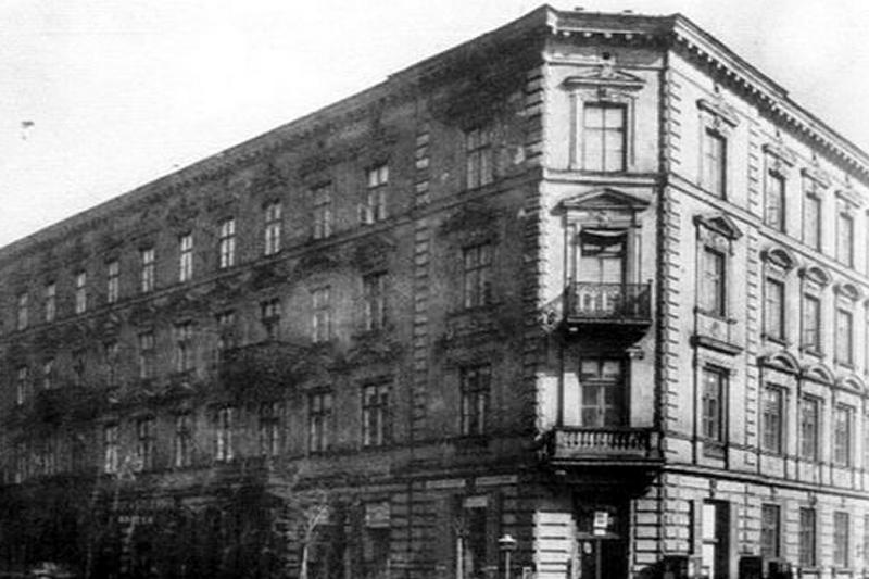 Kamienica Krucza 25 róg Hoża 22, w której podczas okupacji i Powstania Warszawskiego mgr Wanda Głuchowska prowadziła aptekę (fot. 1994.pl)