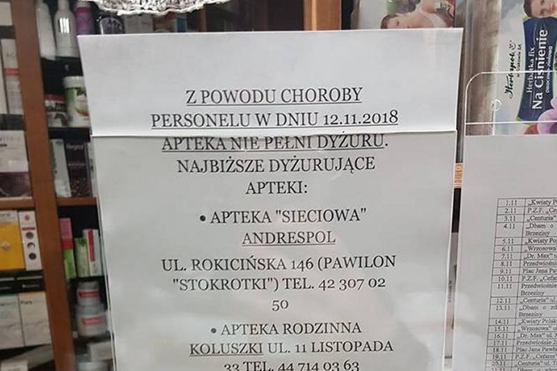 """Na jednym z portali społecznościowych mieszkańcy opublikowali zdjęcie drzwi wejściowych do apteki. Z informacji tam zamieszczonej wynikało, że mimo dyżuru apteka nie pracuje z powodu """"choroby personelu"""" (fot. Express Ilustrowany)"""