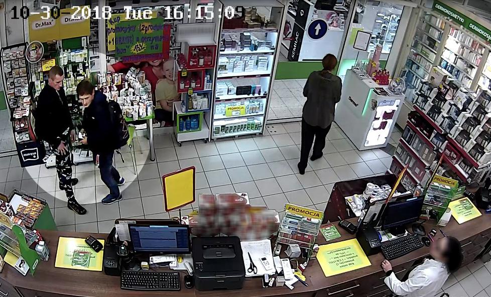 Osoby, które mogą mieć jakiekolwiek informacje na temat tożsamości podejrzanych mężczyzn lub ich obecnego miejsca pobytu proszone są o kontakt (fot. policja.pl)