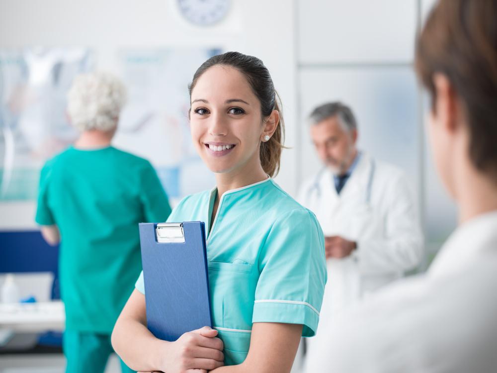 W Polsce pod koniec 2017 roku zarejestrowanych było prawie 330 tys. pielęgniarek i położnych (fot. Shutterstock)