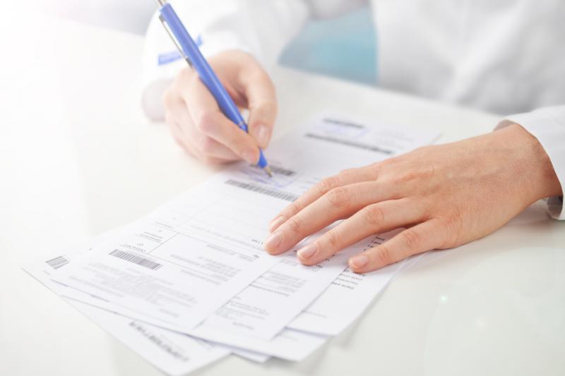 Lekarka przepisała refundowany lek bez zniżki. Pacjentka zadzwoniła na infolinię NFZ... (fot. Shutterstock)