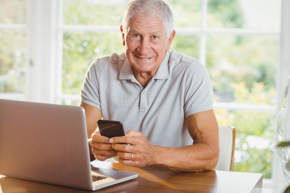 Wśród seniorów jest pewna grupa, która nie używa telefonów komórkowych ani komputerów (fot. Shutterstock).