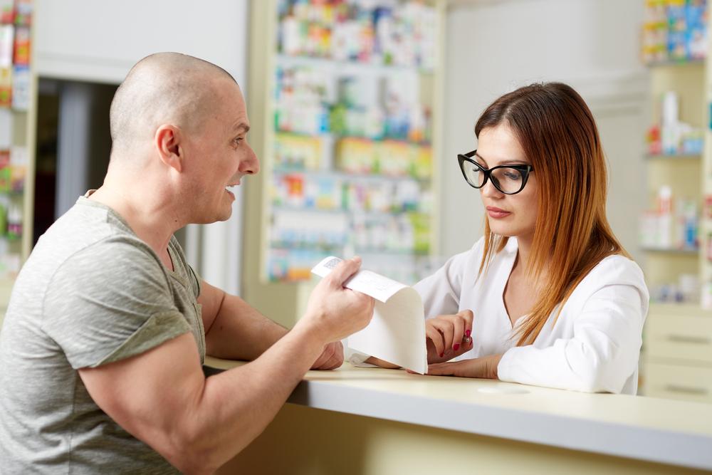 Część farmaceutów chciałaby, aby recepta farmaceutyczna znaczyła więcej. Część obawia się jej używać... (fot. Shutterstock)