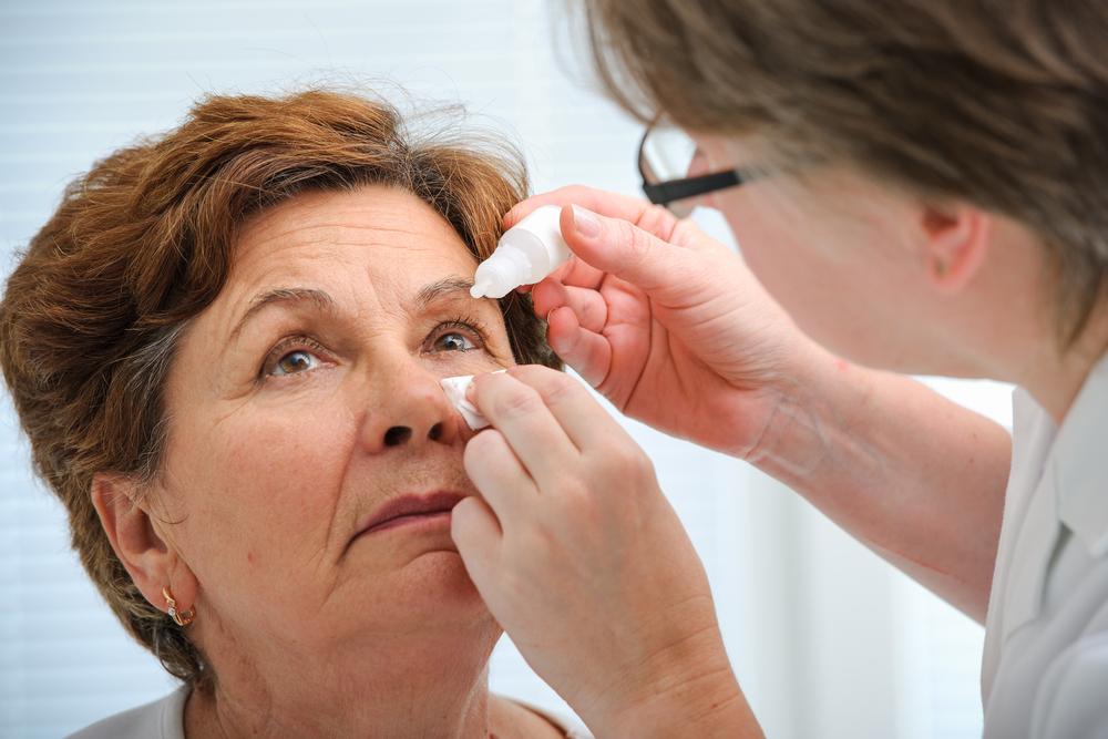 Biegły wykazał brak wiedzy zespołu pielęgniarek na temat prawidłowego stosowania kropli do oczu w trakcie operacji usunięcia zaćmy (fot. Shutterstock)