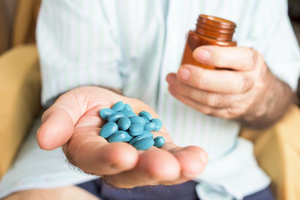 Leki psychoaktywne, w tym leki na kaszel na bazie kodeiny, są wywożone przez Czechów z Polski (fot. Shutterstock)