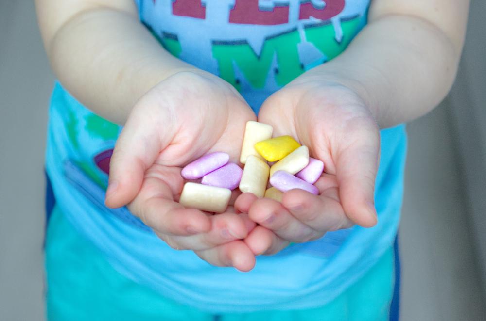 Producent zaleca podawanie dziecku nawet 6 gum dziennie. To równowartość pięciu łyżeczek cukru z tłuszczem (fot. Shutterstock)