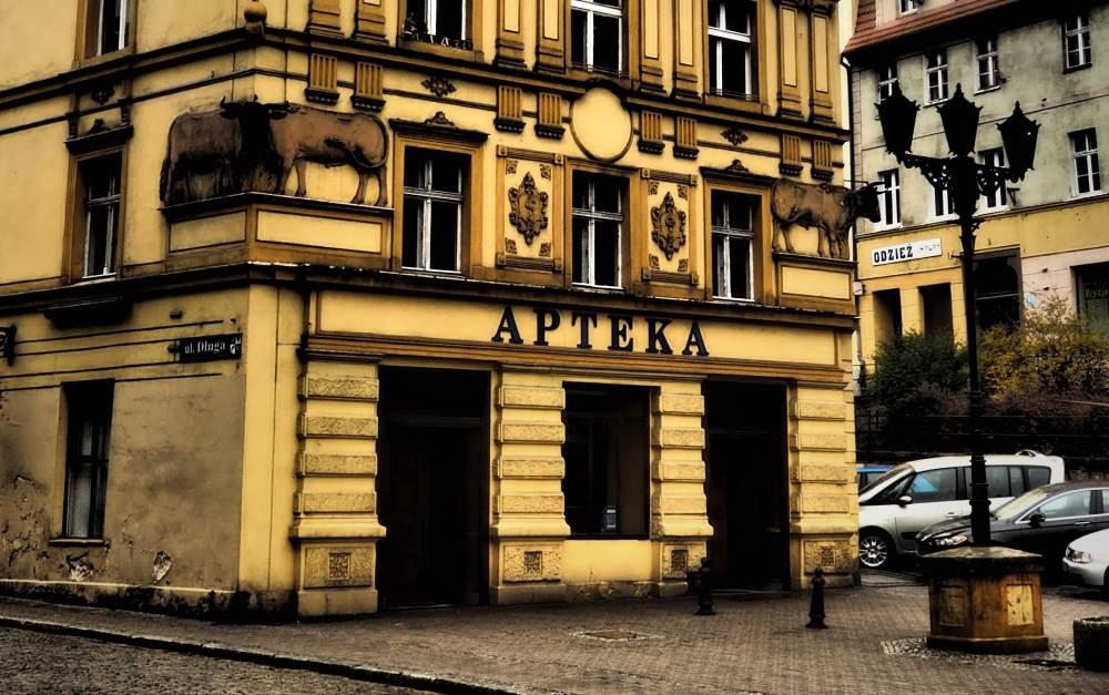 Nieprzerwanie od 6 maja 1882 r. w tym miejscu funkcjonuje apteka. Była to trzecia apteka w mieście, a jej pierwszym właścicielem był Gustaw Weber (fot. Maciej Birecki)