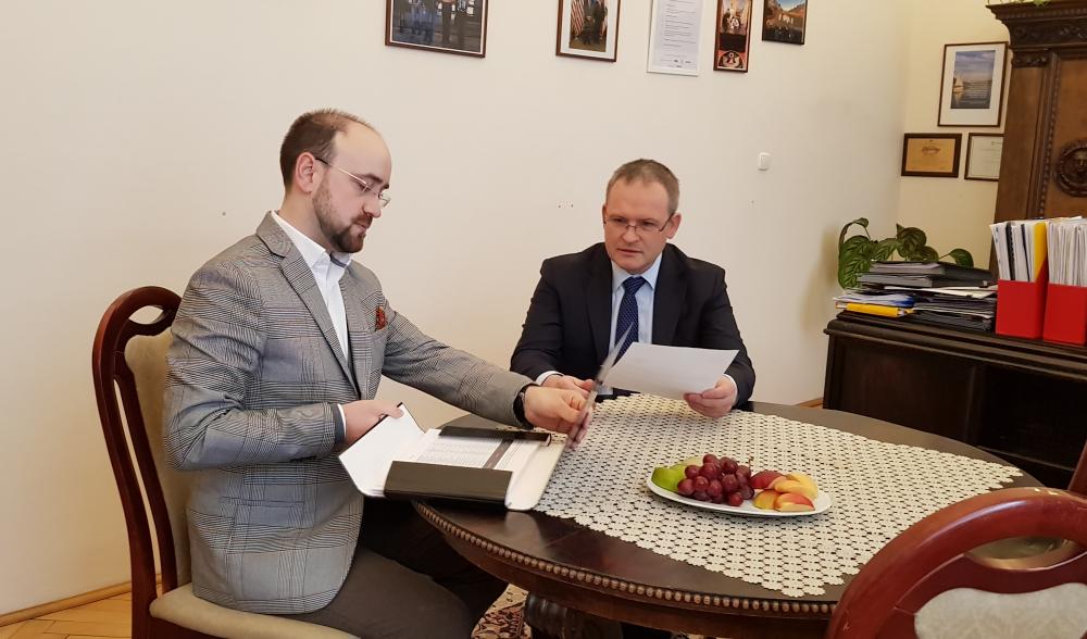 Łukasz Waligórski przekazuje petycję podczas spotkania z wiceministrem Maciejem Miłkowskim (fot. MGR.FARM)