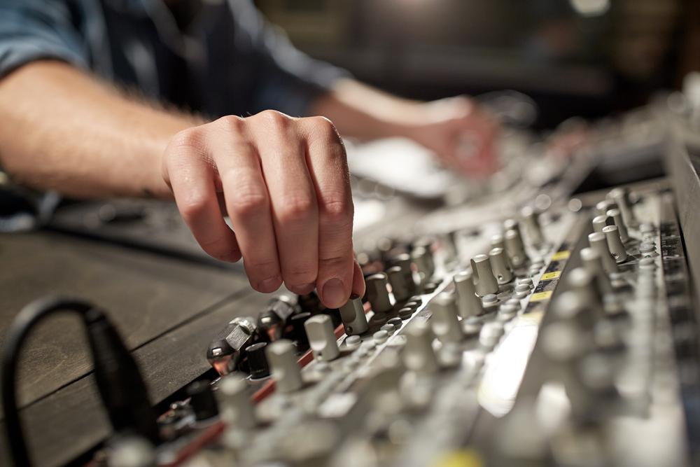 """Radiowa reklama syropu Flegtac Kaszel mogła wprowadzać w błąd, gdyż nie zawierała słowa """"przeciwwskazania"""" (fot. Shutterstock)"""